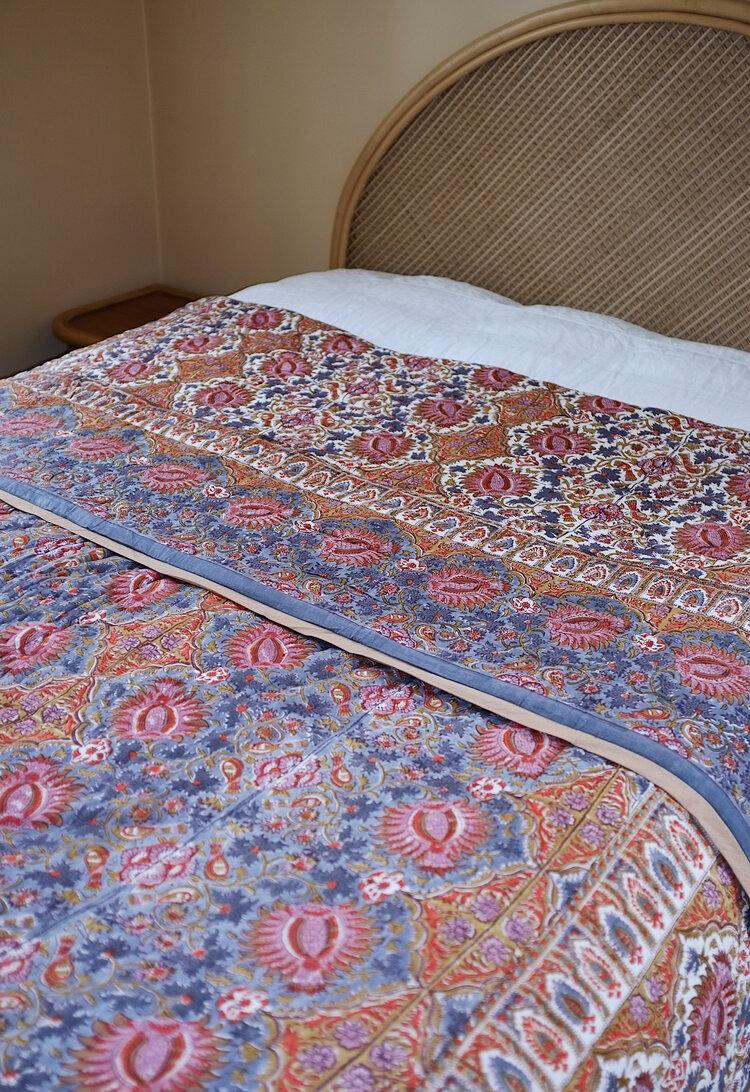 Fargerikt, quiltet sengeteppe