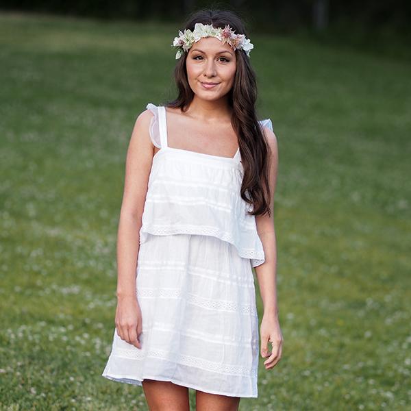 Hvit kjole blomsterkrans