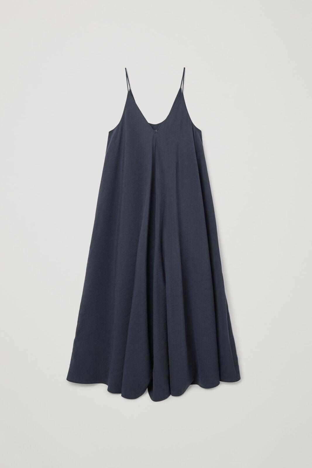 Voluminøs kjole med tynne stropper og v-hals