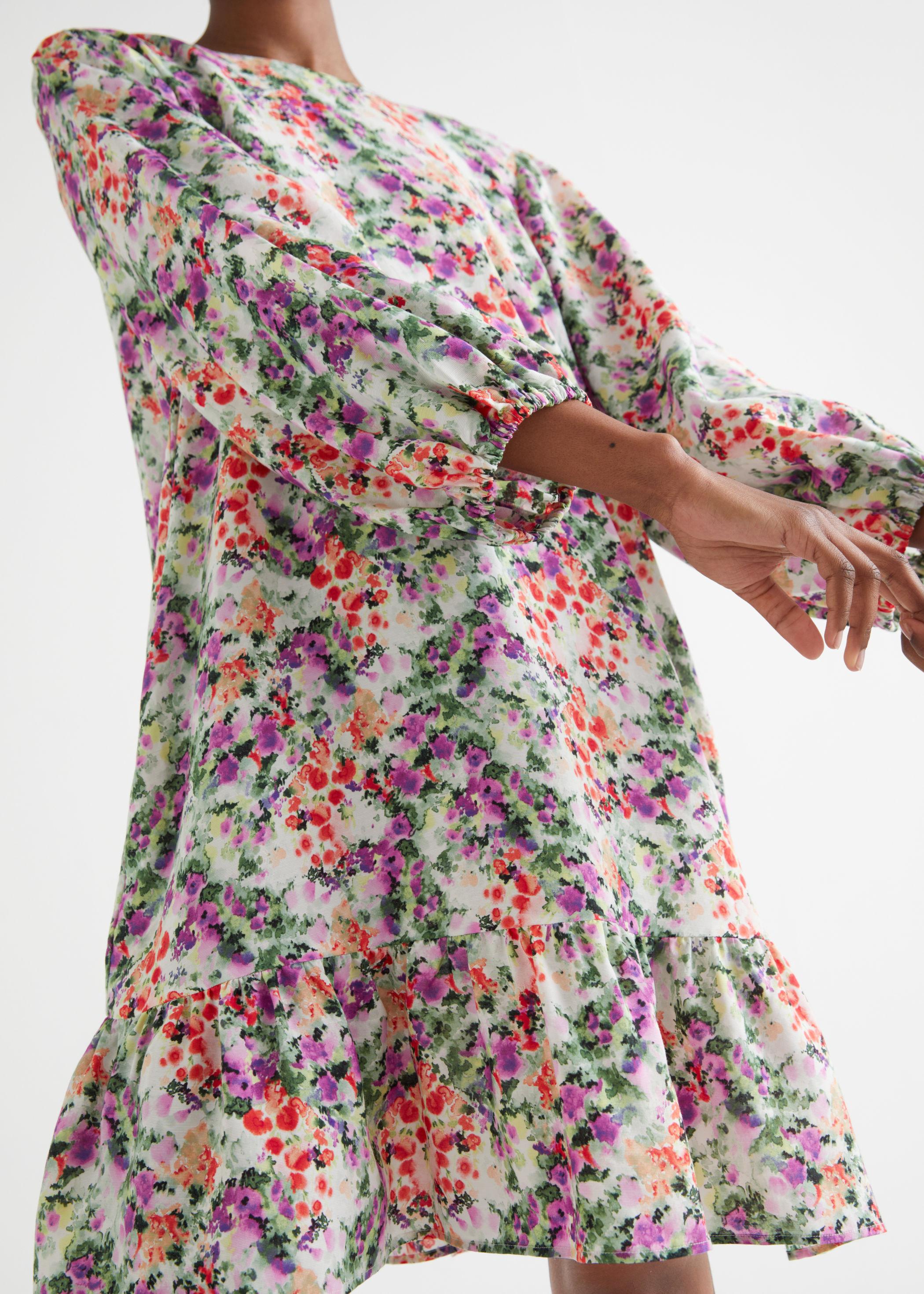 Vid, kort kjole med blomsterprint