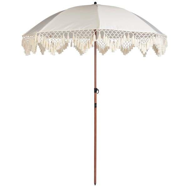 Hvit parasoll med frynsedetaljer