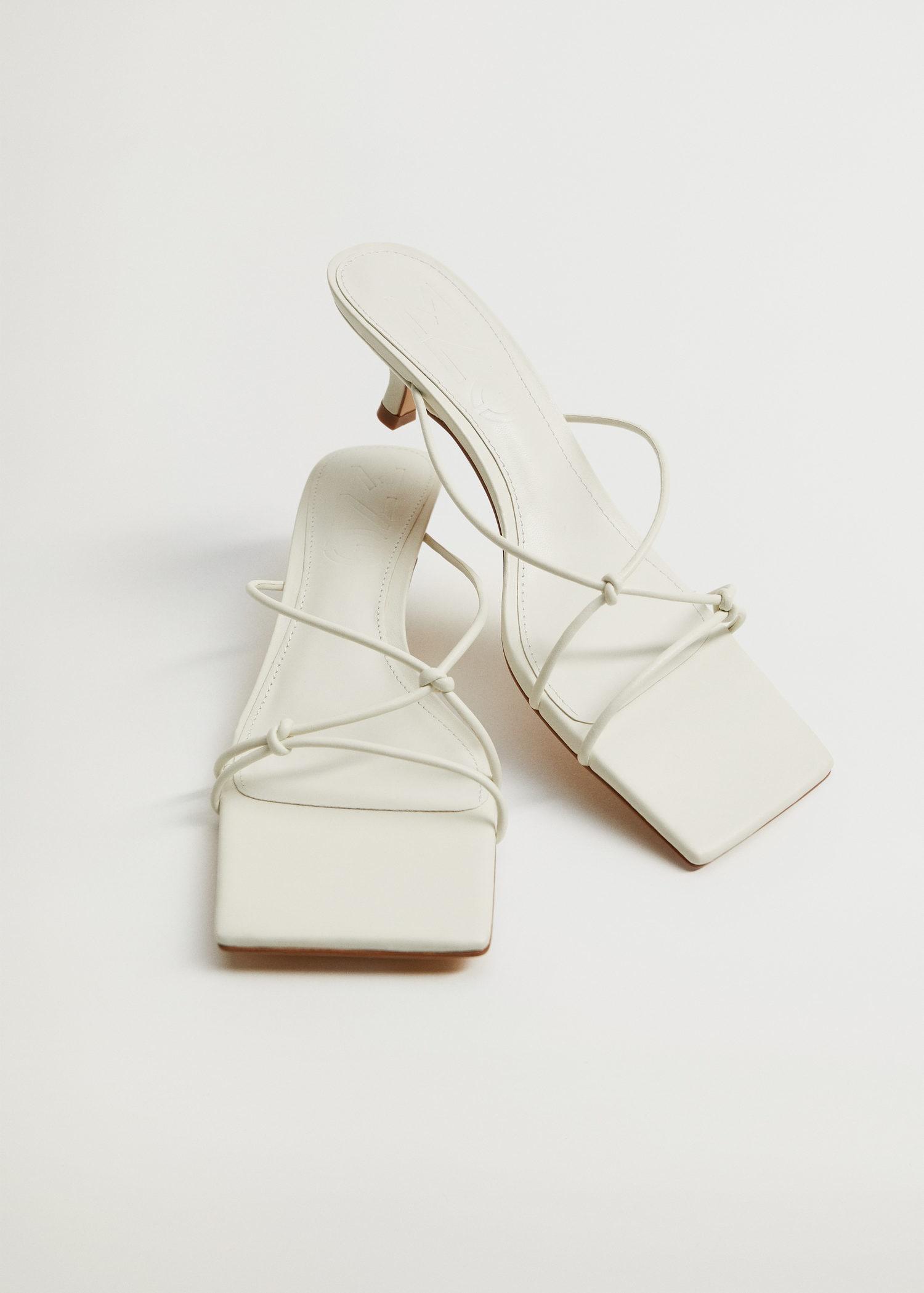 Stroppe-sandaler med liten hæl