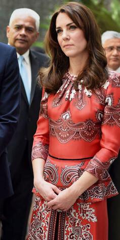 a5cca838 ALEXANDER MCQUEEN: Kate gikk for en etniskinspirert kjole fra  luksusmotehuset Alexander McQueen, dag 1