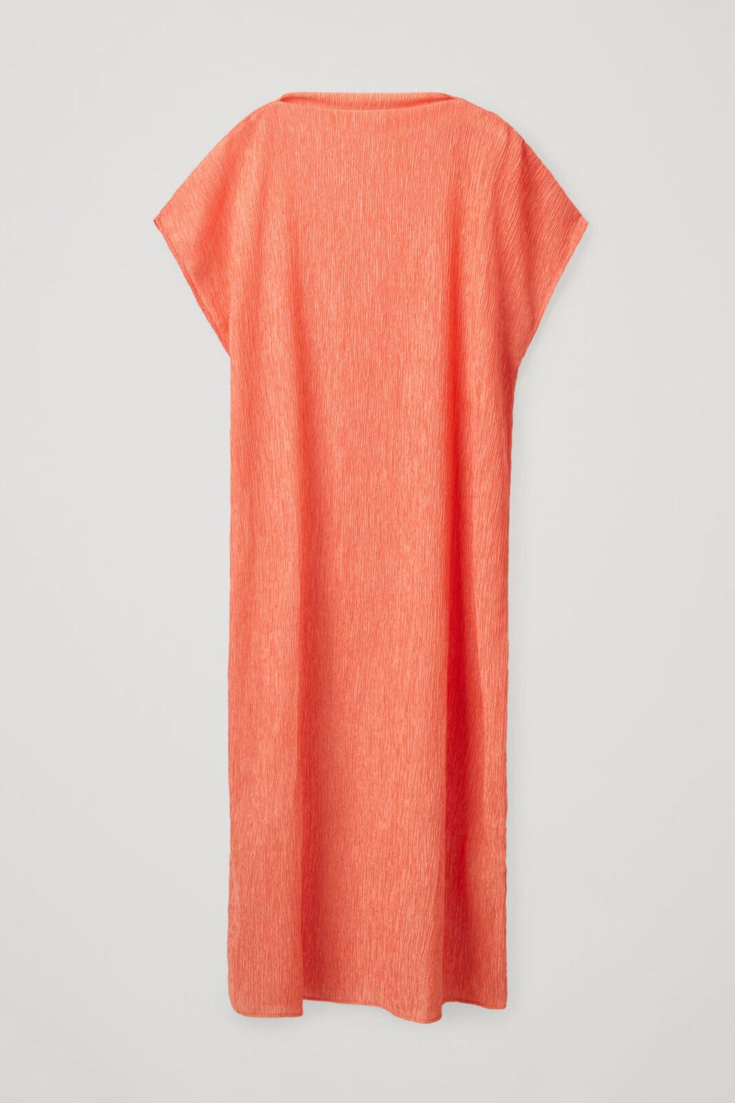 Oransje kjole med skulderdetaljer