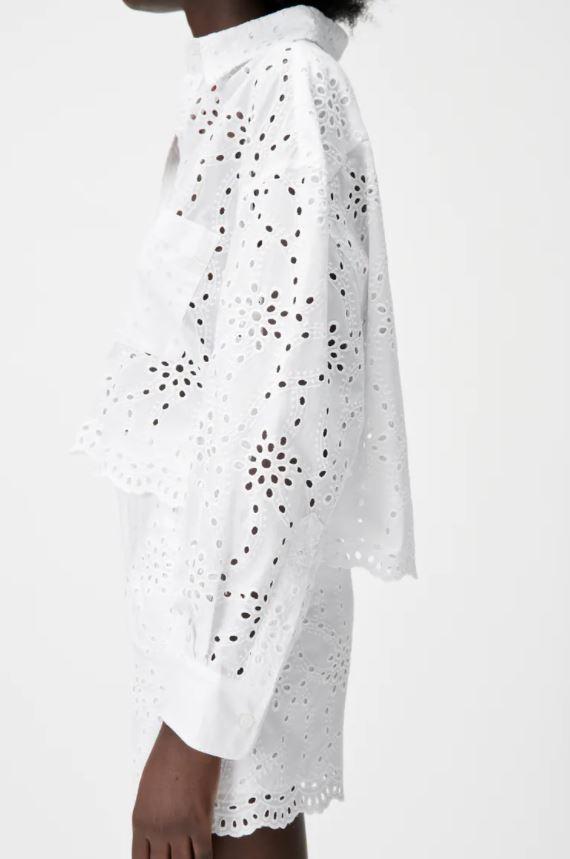 Hvit skjorte med hullmønstrede broderier