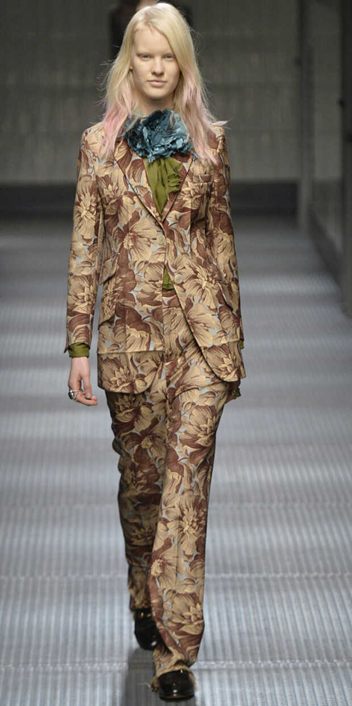 1f29dda2 MØNSTER: Gucci kjørte på med matchende dressbukser og jakke i fargerikt  print. Foto.