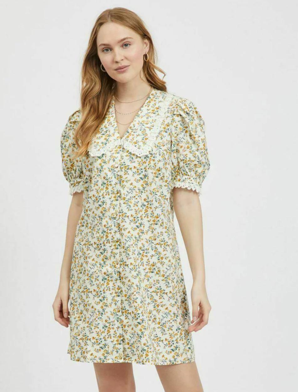 Kort kjole med fremtredende krage