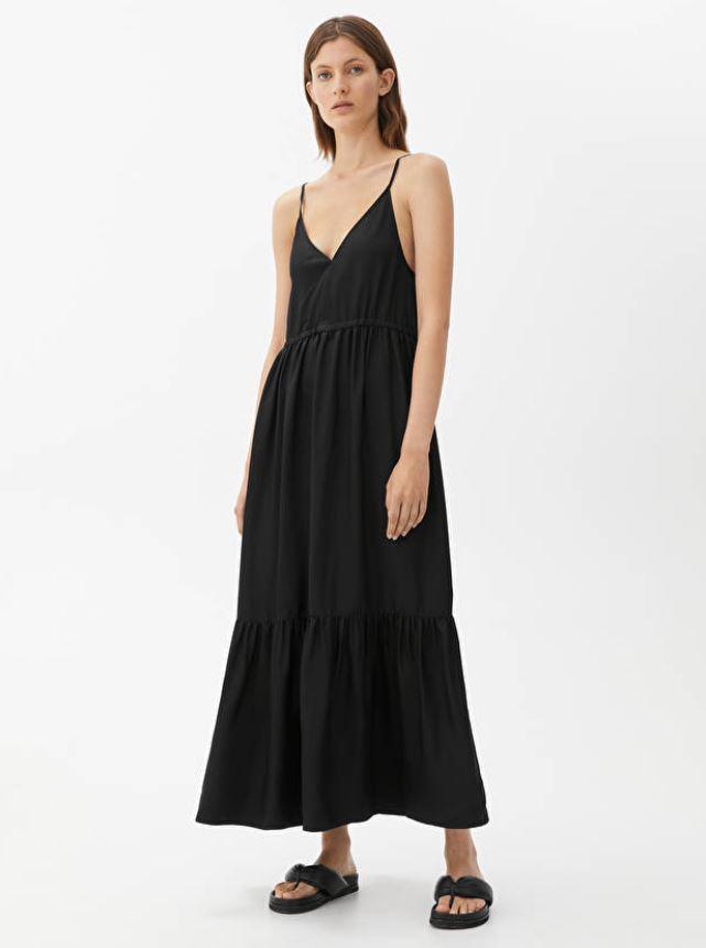 Svart kjole med V-hals og tynne stropper