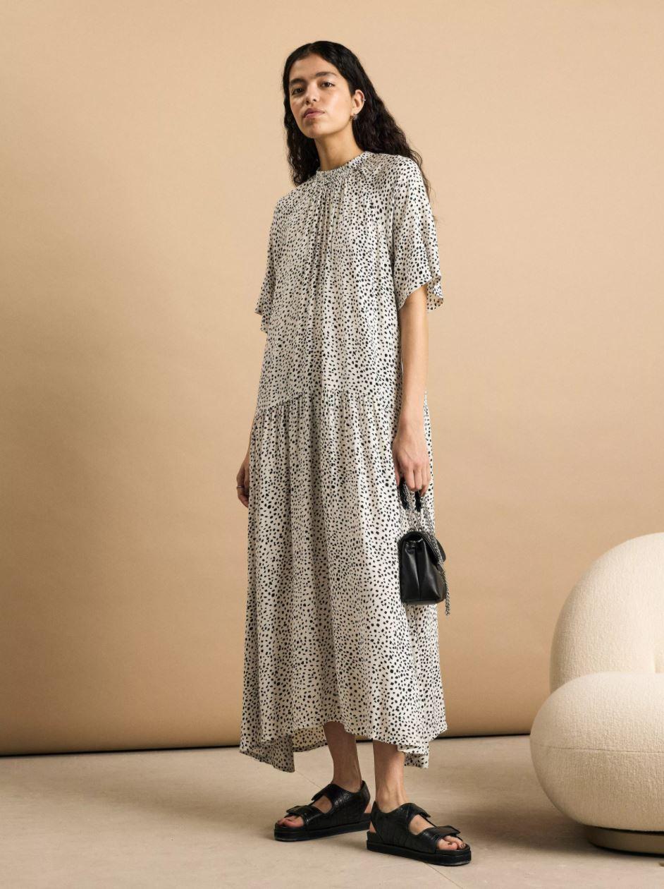 Prikkete, fotsid kjole med korte ermer