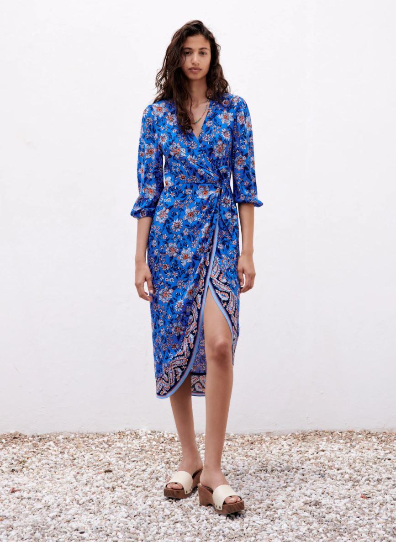 Blå wrap-kjole med splitt