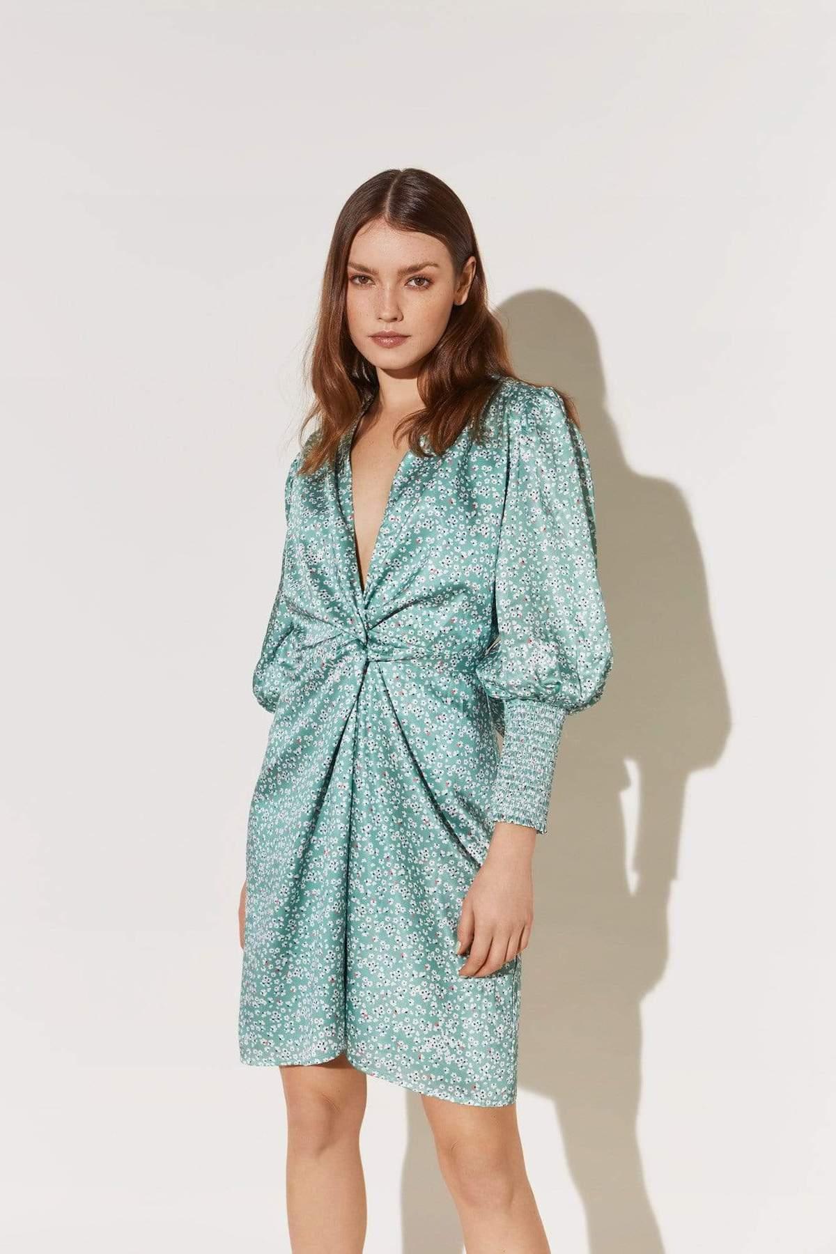 Kort, mønstrete kjole med knute i front