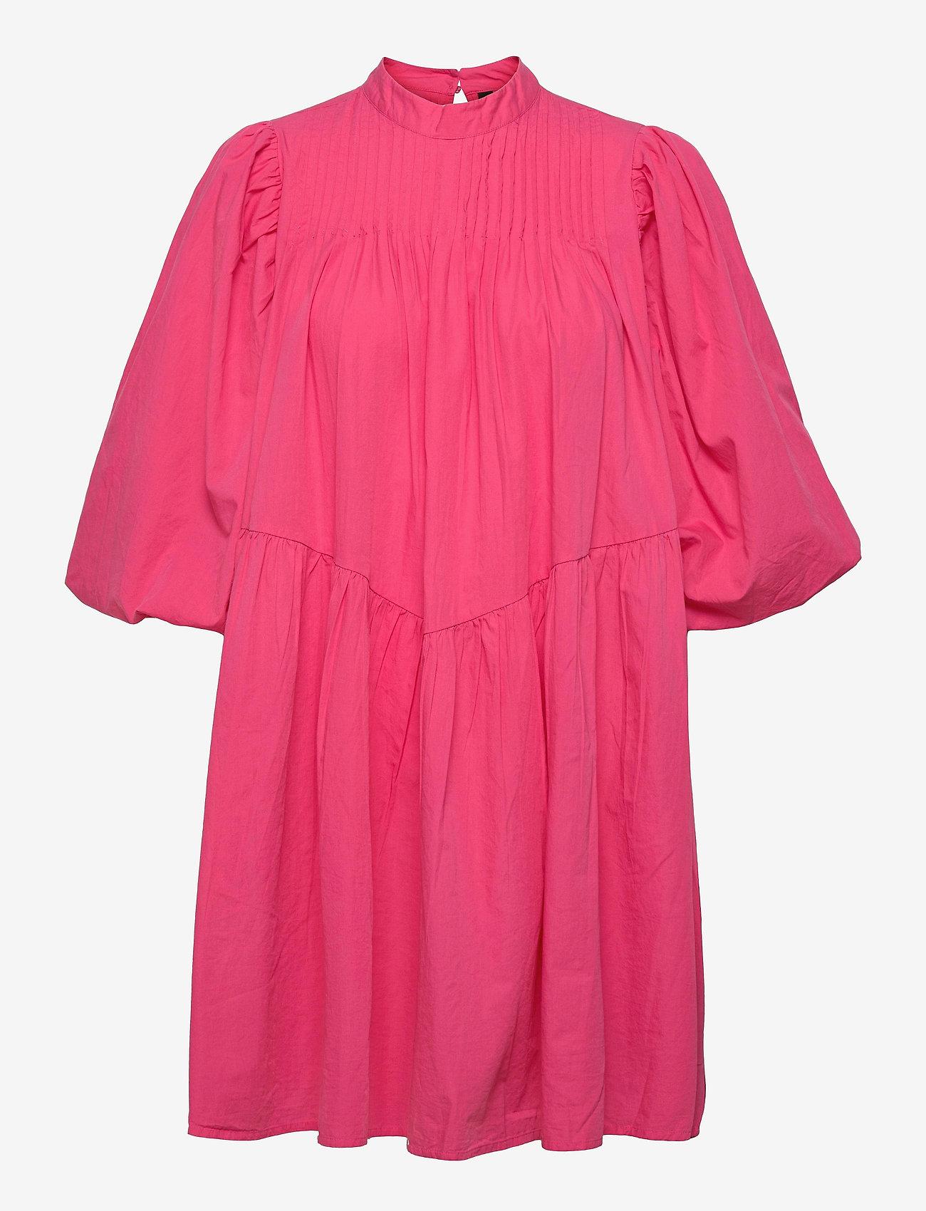 Kort, fargesterk kjole med masse volum