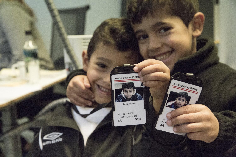 STOLTE: Brødrene Akram og Amer viser fram ID-kortene de bruker inne på mottaket.