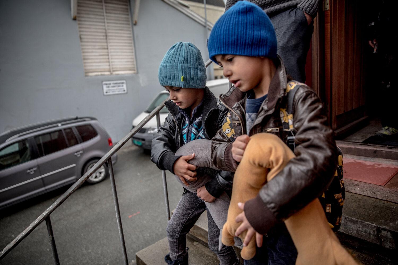 PÅ TUR: Akram (6) og Amer (5) er klare til å flytte. I matchende luer bærer de med seg kosebamsene ut i bilen.