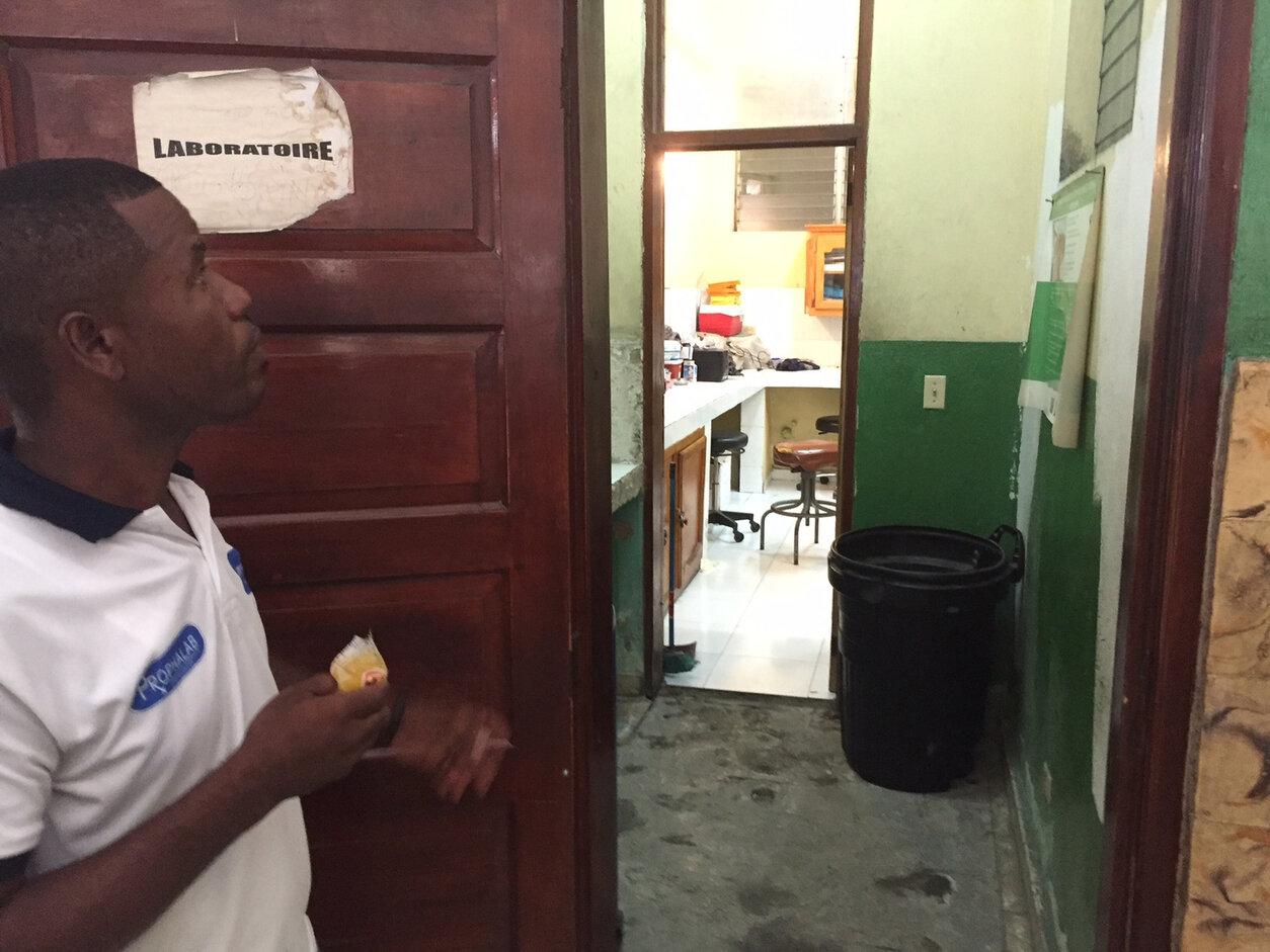 FORFALL: – Vi skulle gjerne hatt mer hjelp, og tilgang til flere medisiner, sier sikkerhetsvakt Fednel Derqalin ved Centre de Santè Chapi. Klinikken ligger i det beryktede slumområdet Cite de Soleil i Port-au-Prince.
