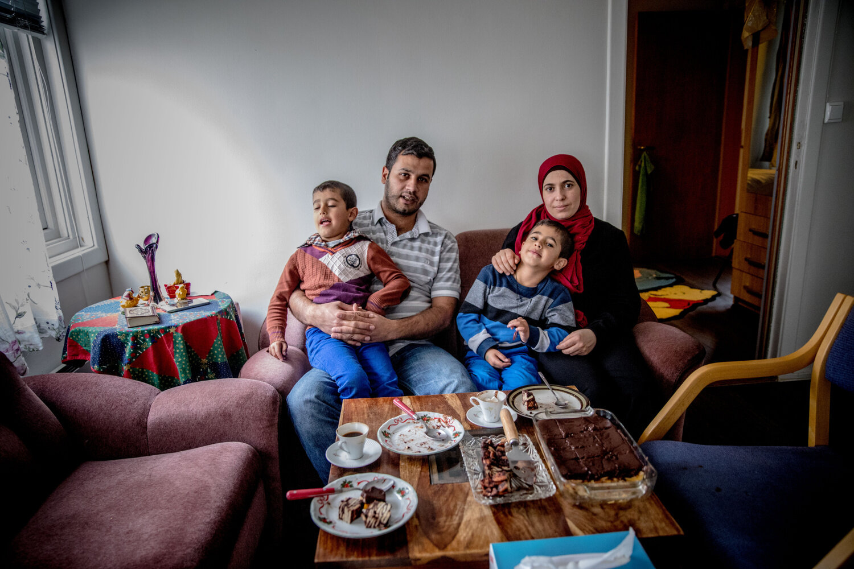 HOLDER SAMMEN: Familien Alsaleh har ventet lenge på svar om de kan bli i Norge. Nå har de endelig fått oppholdstillatelse og løfte om et nytt sted å bo.