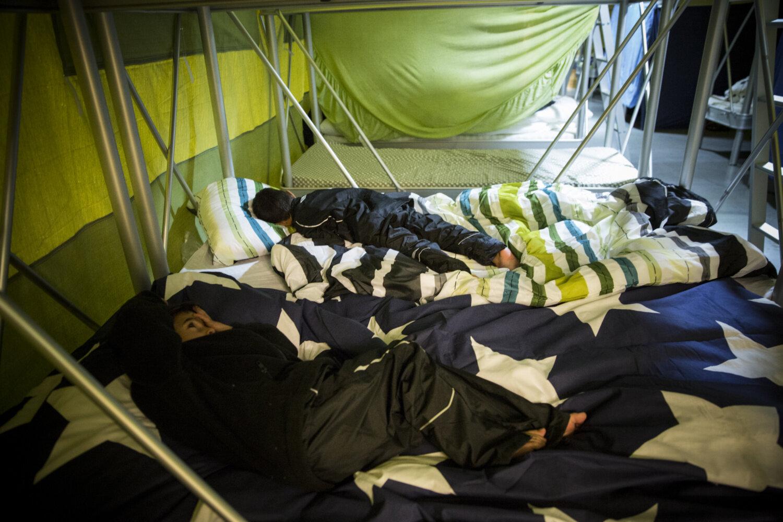 LEGGETID: Amer (4) sovner med klærne på, mens Akram (5) helst vil være våken litt til.