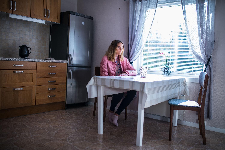 Karoline på kjøkkenet i hytta hun ble skjermet på.