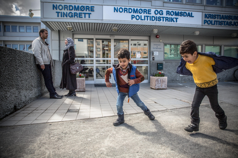 PAUSE: Ekteparet snakket mellom intervjuene, mens sønnene leker utenfor politistasjonen i Kristiansund.