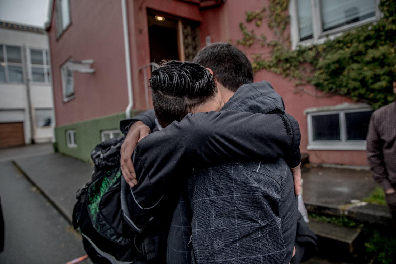 AVSKJEDEN: De siste årene har livet til familien Alsaleh vært fylt med mange nye bekjentskap og rare øyeblikk. Her tar Lawrence farvel med en av de ansatte på Hero-mottaket i Kristiansund, som har hjulpet familien mye det siste halvåret.