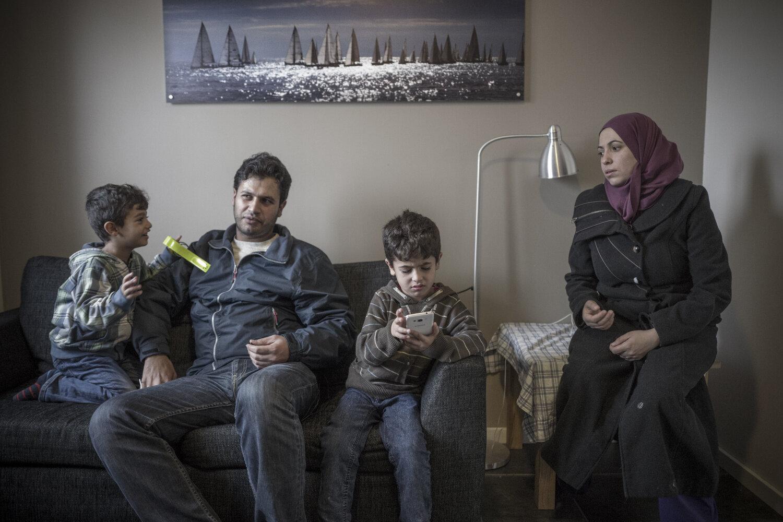 BÅTFLYKTNINGER: Familien flyktet fra Tyrkia til Hellas i gummibåt. Nå bor de på akuttplass på hotell i Horten, i påvente av asylintervju med UDI. VG skal følge dem gjennom asylprosessen.