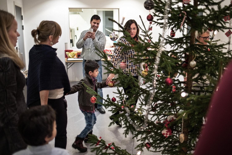 NORSK TRADISJON: Alle barna, og de voksne som ville, fikk gå rundt juletre og synge