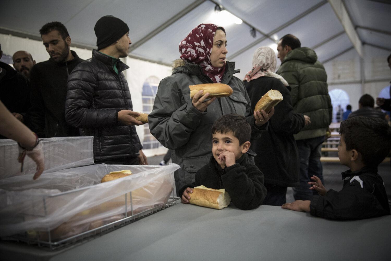 KVELDSMAT: Daren henter baguetter med ost og syltetøy sammen med sønnene.