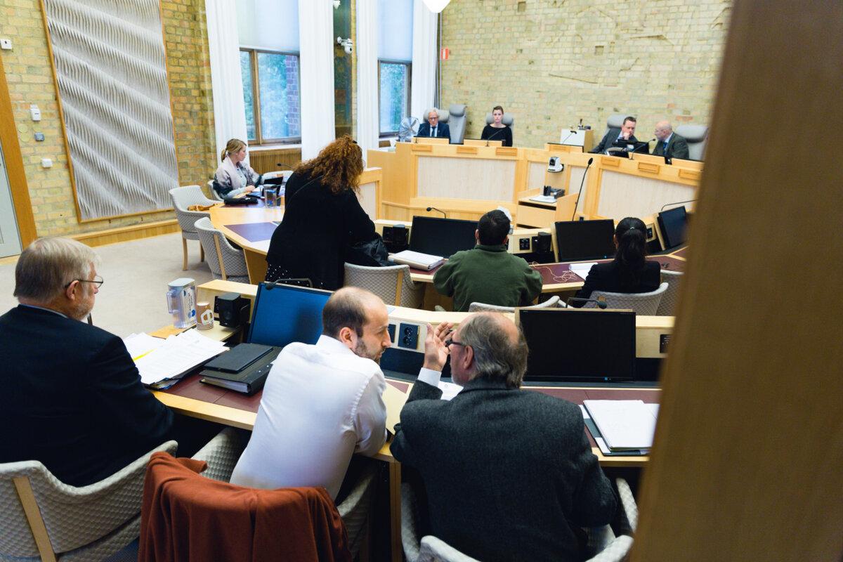 TAUS: Maher El Natour (hvit skjorte) i rettssalen i Nedre Norrland Hovrätt. Han forklarte seg for retten, men ville ikke snakke med VG. Senere ble han dømt til fengsel i to år og seks måneder for cannabisplantasjen.