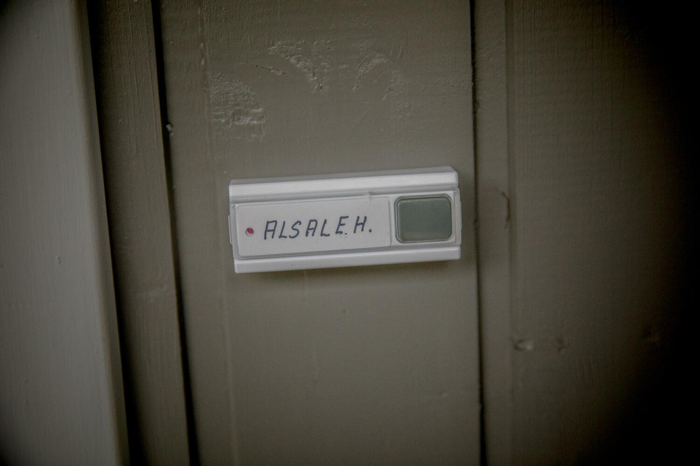 VELKOMMEN INN: Da familien ankommer sitt nye hjem på Averøya har huseier allerede sørget for å sette navn på ringeklokken deres.
