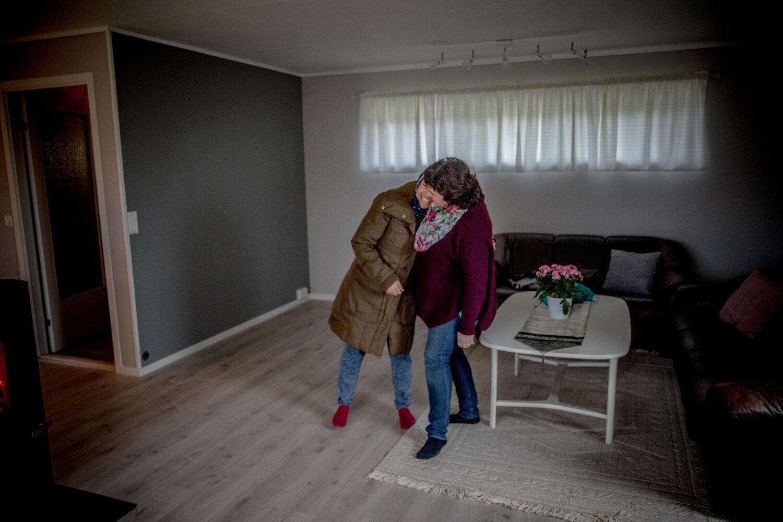 GLEDEN: Daren (til venstre) takker Eli Myrseh, som jobber frivillig for flyktningtjenesten på Averøya, for en fantastisk velkomst og det fine huset. På en dag har tobarnsmoren fått alt hun ønsket seg.