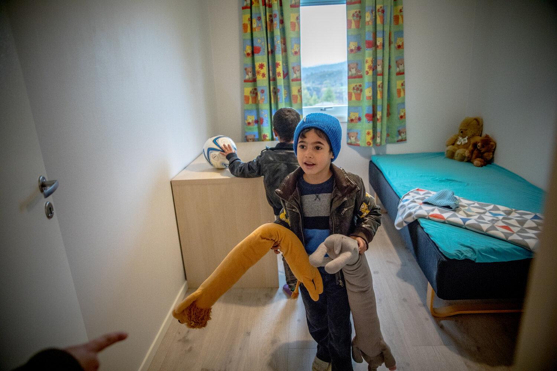 BARNEROMMET: Guttene Amer og Akram har fått hvert sitt rom i det nye huset. Her er de inne på Amer sitt rom, som er dekorert med typiske guttefarger, bamser og en fotball.