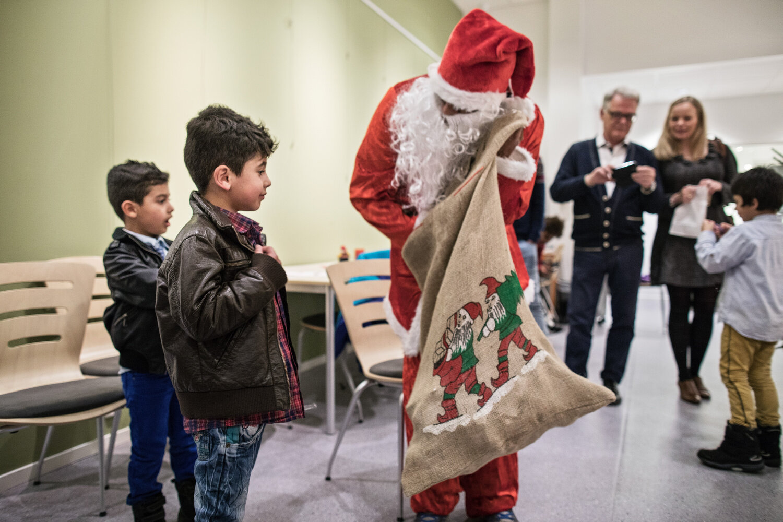 HO-HO-HO: Etter å ha fått julegodt fra nissen kom Amir (5) gråtende bort til pappa. Han skjønte ikke hvorfor nissen kunne dele ut godteri, og ikke pakker. Det stemte ikke med det han var vant med fra hjemlandet.