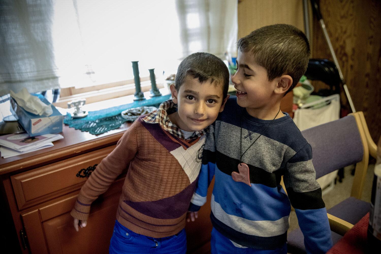 GLEDE: Akram (6) og Amer (5) har fått vite at de skal bli i Norge. Begge guttene trives godt her. Akram går på skolen, mens Amer går i barnehagen. Nå får de snart også et permanent sted å bo.