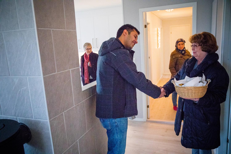 NYTT HJEM: Synnøve Lilleby ønsker Lawrence velkommen til eneboligen på Averøya. Med seg til familien har hun en kurv nybakte kanelboller.