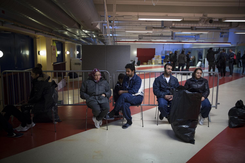 VENTER PÅ SVAR: Familien Alsaleh, og et annet par, venter på at politiet skal sjekke fingeravtrykkene deres opp mot Eurodac-basen.