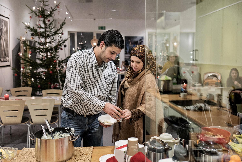 TRYGGE: For første gang på fem år skal familien Alsaleh feire jul. Her er Lawrence sammen med kona Daren. De skal smake på norsk risengrynsgrøt, med sukker og kanel.