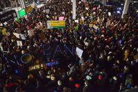Store protester på flyplasser i USA: Reisende får bli tross forbud