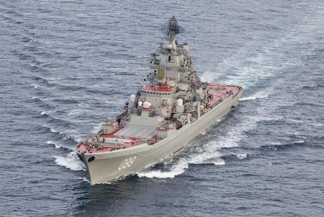 <p>SLAGSKIP: Det atomdrevne russiske slagskipet «Piotr Velikij» (Kirov-klassen) er et av fartøyene som eskorterer hangarskipet «Admiral Kuznetsov» langs norskekysten akkurat nå.</p>