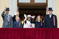 Kongefamilien på slottsbalkongen – men sånn feirer resten av Norge