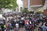 Demonstranter krever Mays avgang
