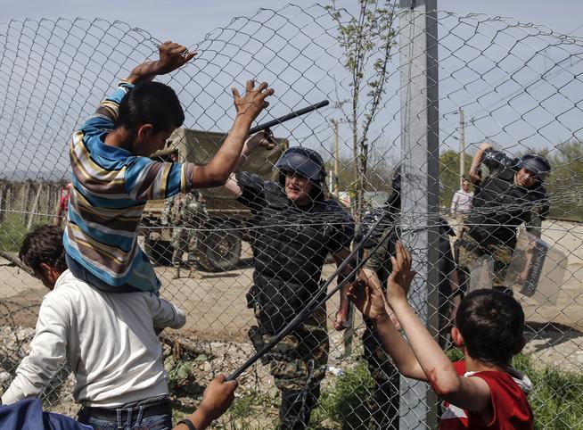 <p>BRUKER BATONGER: En makedonsk polititjenestemann slår etter flyktninger som forsøker ta seg over gjerdet på den gresk-makedonske grensen før helgen.</p>