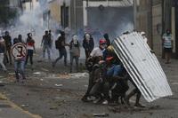 Tre drept under massive protester mot presidenten i Venezuela