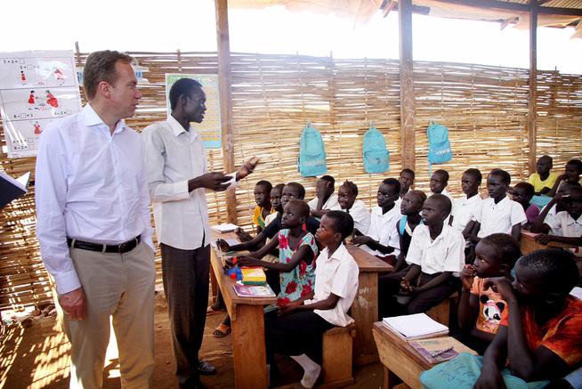<p>SKOLEBESØK: Brende besøkte en barneskole i en leir for folk på flukt fra Juba tirsdag. Skolen driftes av Flyktningehjelpen med støtte fra Norge:</p>