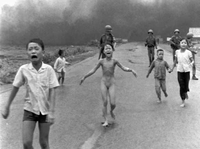 <p>IKONISK: Phan Thi Kim Phuc flykter naken fra napalm-bombe i Vietnam.</p>