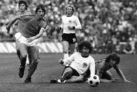 Dagens storkamp stoppes etter 14 min. For å hylle nr. 14 Cruyff