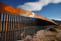 Trumps krav til muren: Umulig å klatre i eller grave seg under