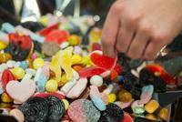 Eksperter om smågodt-priskrig under halloween:– Trist at vi igjen ser at godteri pushes på unger
