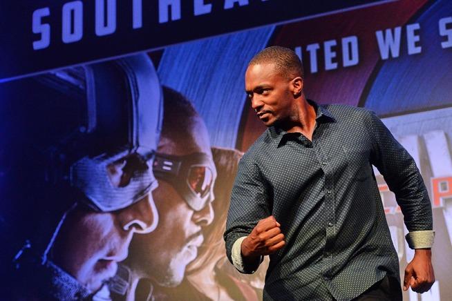 <p>SHOWER: Anthony Mackie viste muskler i Singapore, på pressetur med «Captain America».</p>
