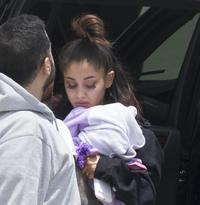 Sønderknust Ariana Grande tilbake hos kjæresten i USA, symboltung låt til topps på hitliste