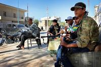 VG i Syria: Unggutter vokter by der IS ble drevet på flukt